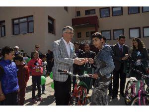 Aksaray'da Yetim Çocuklara Bisiklet Hediye Edildi